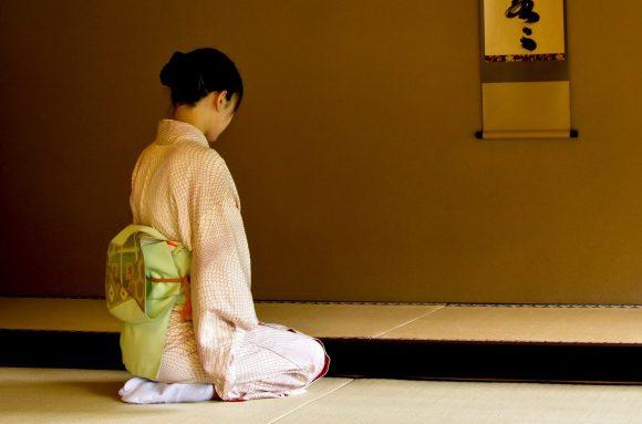 www.pakutaso.com-shared-img-thumb-N784_kakejikunomaedeseizasurumiboujin-e1481380341767